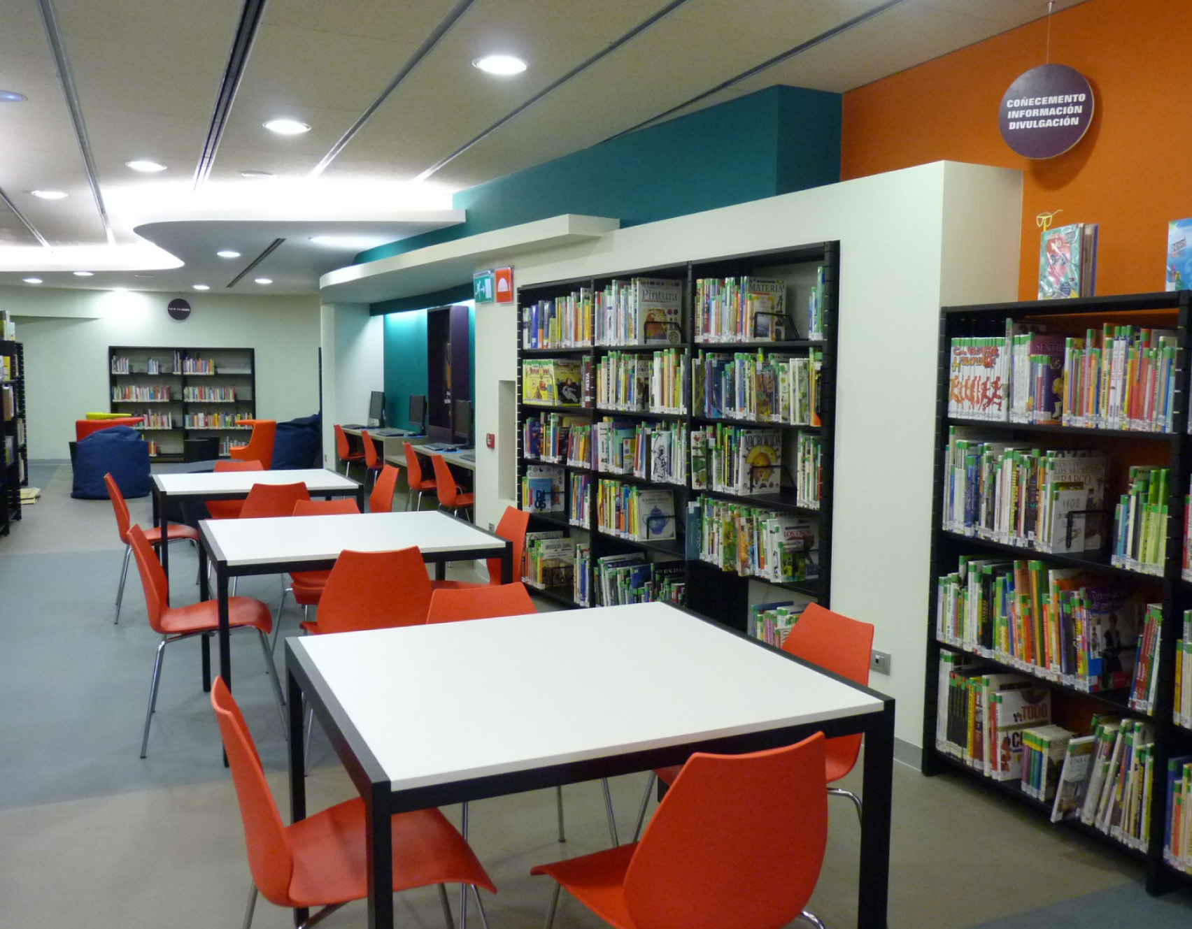Mobiliario bibliotecas mobiliario de oficina agaru for Biblioteca para oficina